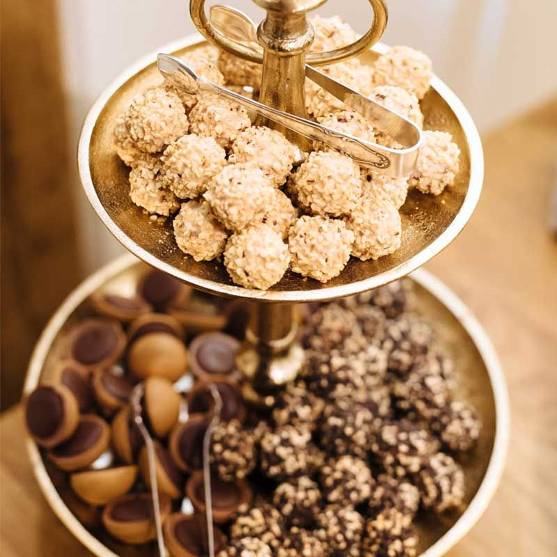 Photo of Etagere mit Schokolade in Gold und Braun, Candy Bar, Hochzei…