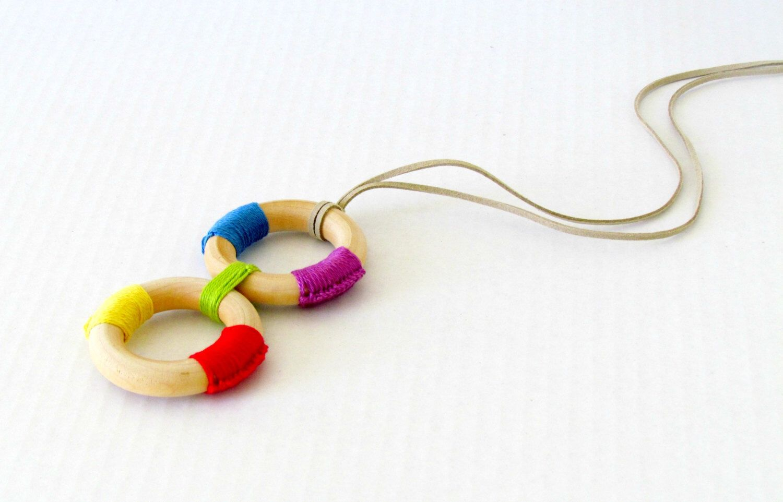 Collana anelli di dentizione in legno / infermieristica collana / Montessori ispirato dentizione giocattolo / accessori di professione d'infermiera di FairyOfColor su Etsy https://www.etsy.com/it/listing/182021321/collana-anelli-di-dentizione-in-legno