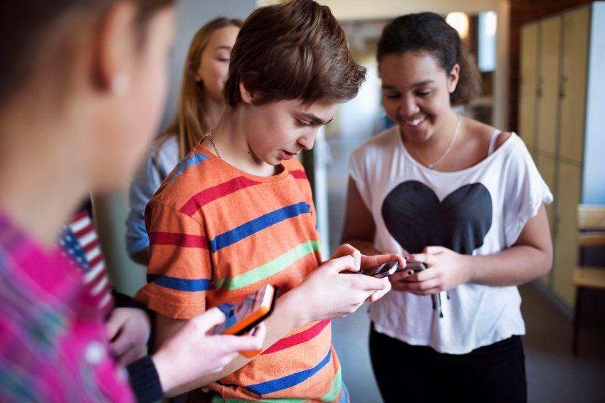 """Die Schulverbesserer Teil 3: Sollten Handys in der Schule verboten werden? Von Jan Friedmann, Hauke Goos und Lena Greiner  Nerviges Piepsen, Vibrationsgeräusche und Blicke auf die Smartphones statt an die Tafel: In der Serie """"Wie werden unsere Schulen besser?"""" diskutieren Bildungsexperten über Schule. Teil 3: Gehören Schüler-Handys ins Klassenzimmer?"""