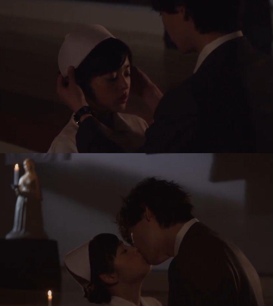 """Kotoko se queda sola un poco más tarde en el salón, siente un ruido y se esconde. Naoki: """"Tonta. ¿Qué estás haciendo aquí todavía?"""". Kotoko: """"¿Qué paso con Nagoya?"""". Naoki: """"Tomé el tren bala de regreso. Pero no logré llegar a tiempo. La florería estaba cerrada"""". Kotoko: """"No necesito flores. Solo contigo estando aquí"""". Naoki: """"Dilo, la parte que recitaste""""- ella lo hace. Él la abraza- """"Otra vez""""- ella sollozando lo repite. Él la mira fijamente y la besa - Itazura na Kiss Love in Tokyo 2, Ep…"""