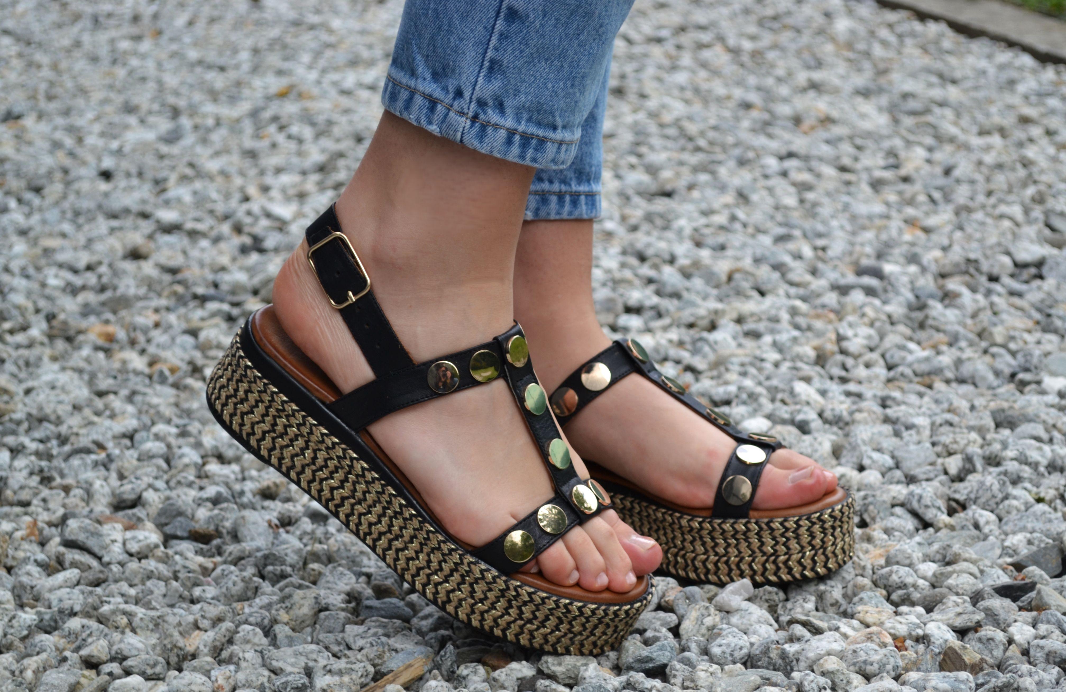 def81ce7a760e1 SANDALES INUOVO // Pour coller à la tendance Black&Gold, les sandales à  plateformes Inuovo sont idéales! #sandales #inuovo #shoesaddict #black  #gold #ootd # ...