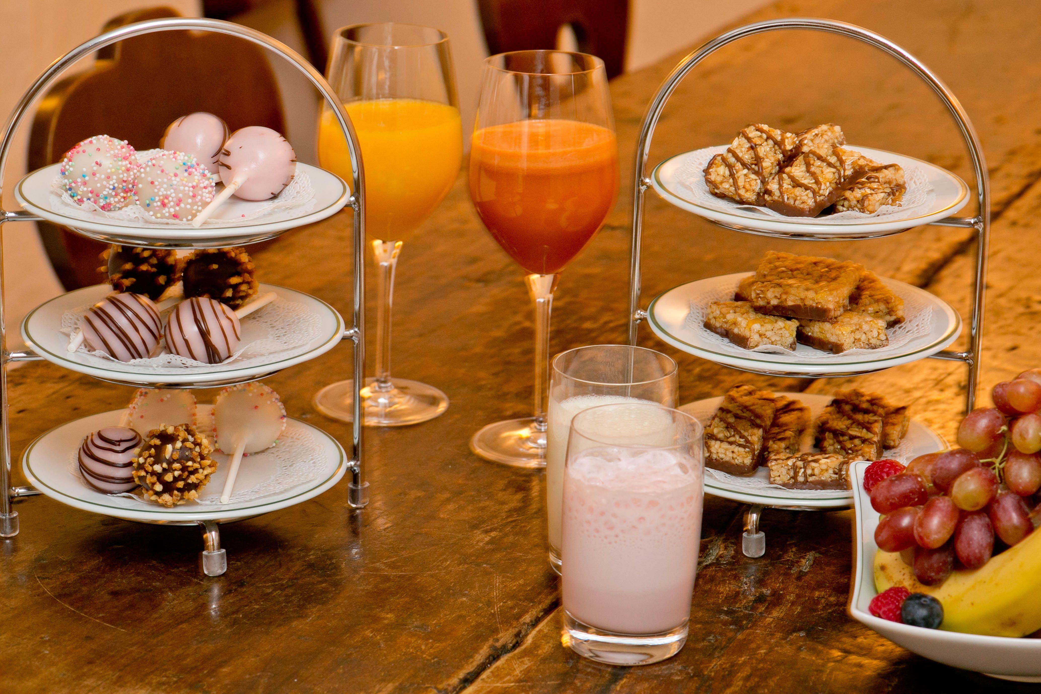 """DIE VITALE - Erfrischende Milchshakes und fruchtige Smoothies, Auswahl an Müsliriegel und eine süße Überraschung aus der hauseigenen Patisserie """"Sweet Sticks"""" und frisches Obst."""