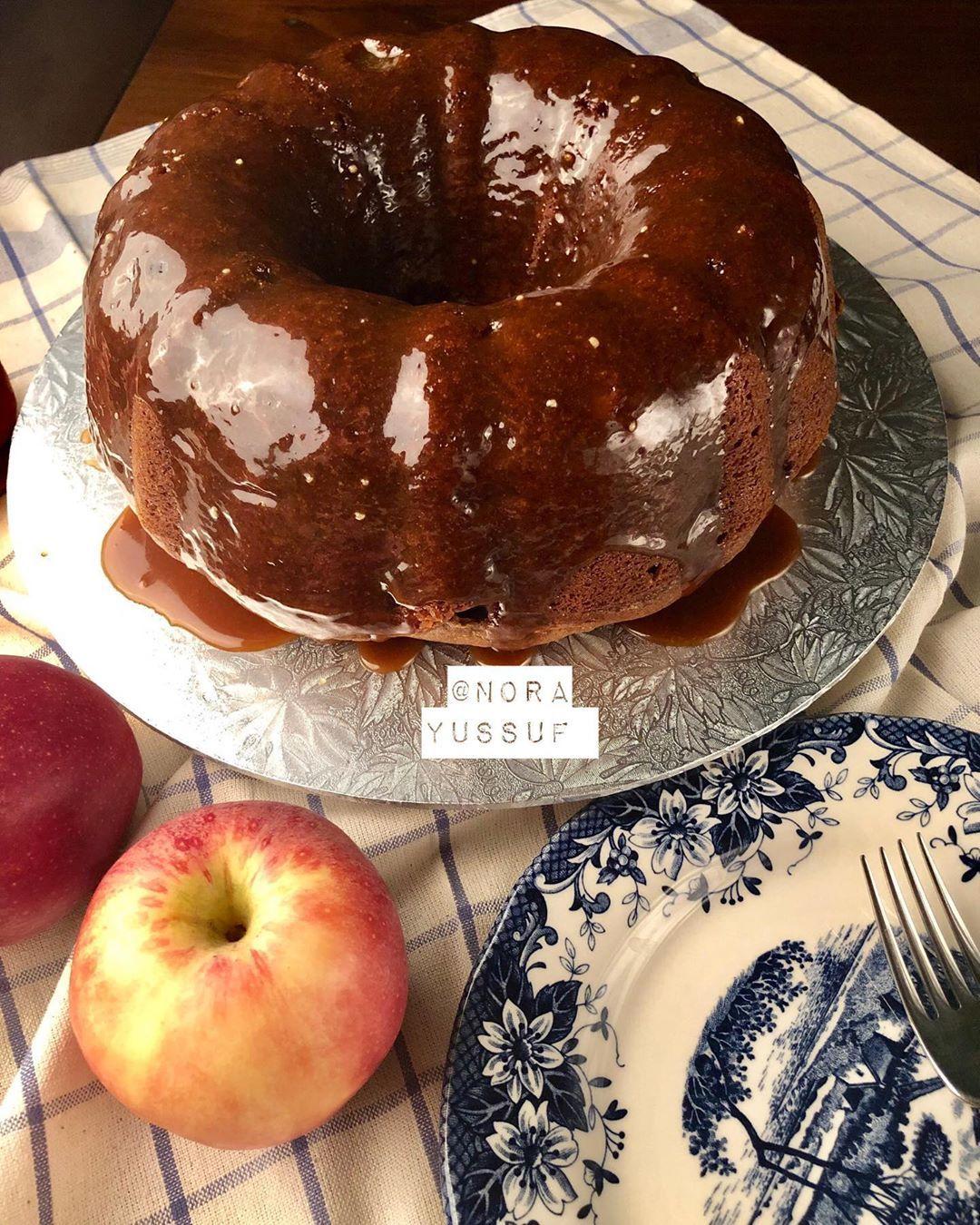 أم فارس On Instagram كيكة التفاح Apple Bundt Cake كيكة رطبة وطرية مع رائحة القرفة الشهية وطعم الكراميل اللذيذ ولا Dessert Recipes Desserts Food