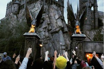 """""""Harry Potter"""" Fans Left A Lily Outside Snape's Door At The Theme Park"""