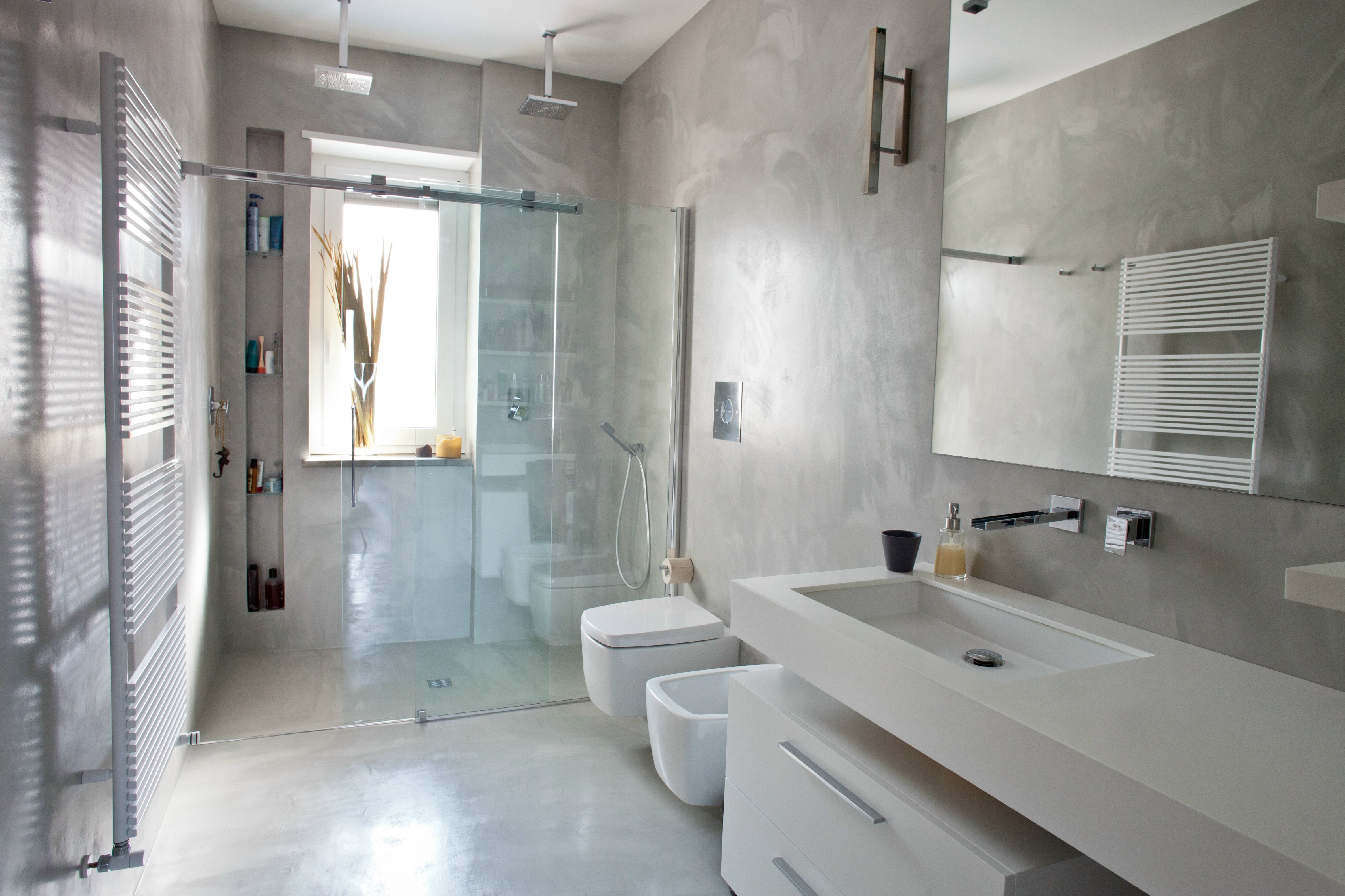 Bagno pavimento e pareti in resina doccia sotto la finestra suits pinterest bathroom - Pareti doccia in resina ...