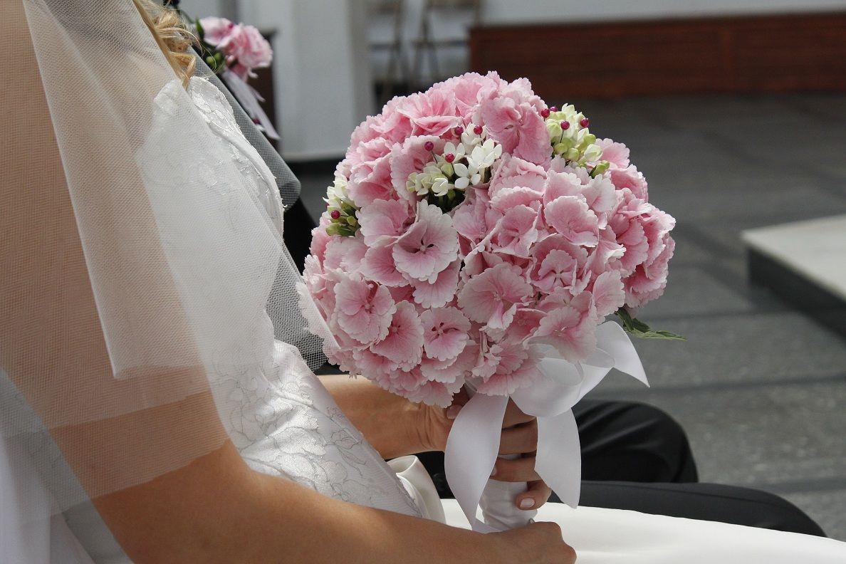 Bukiet Slubny Z Rozowej Hortensji I Bialego Kwiatu O Nazwie Stefanotis Bouquet Pink