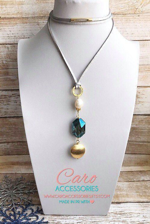 743a1321988b Hermoso collar ajustable en gamuza metálica plateada con perla y cristales  todo enchapado en oro.