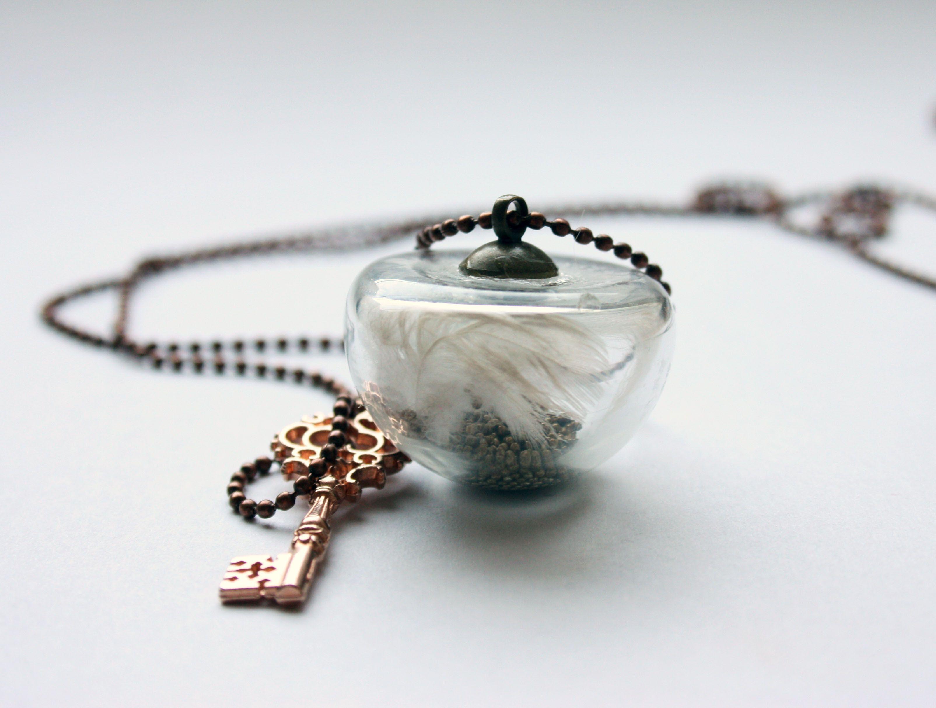 Globo de cristal y plumas