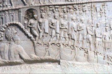 Particolare della colonna Traiana, attraversamento del Danubio, ben visibili la rappresentazione antropomorfa del fiume e l' utilizzo di proporzioni gerarchiche.