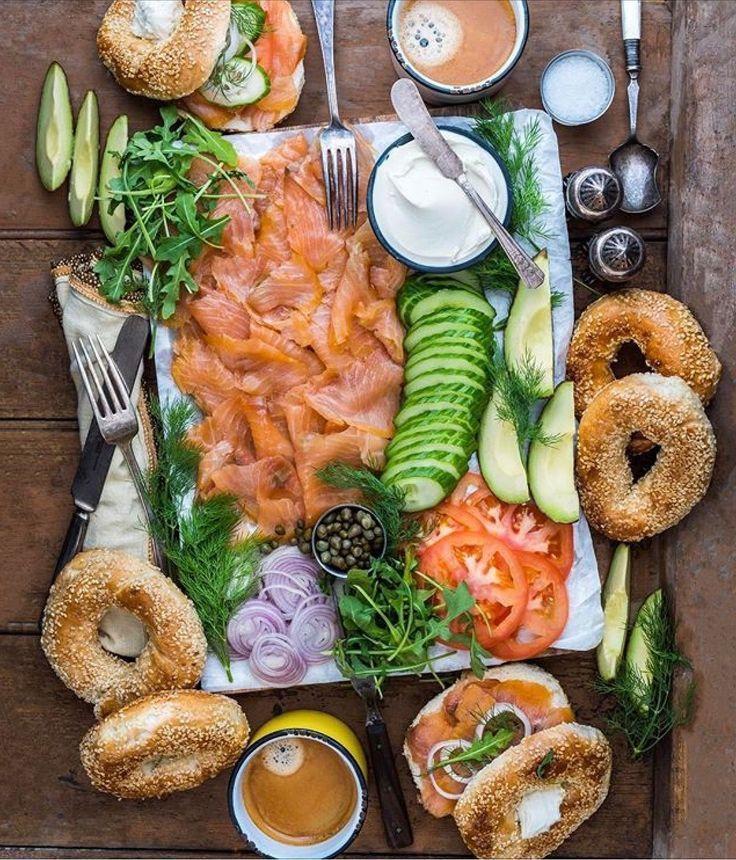 Idea Brunch Platte: Bagels, Räucherlachs, Gurke, Avocado, Tomaten, Gewürze ...