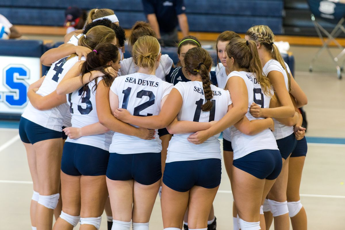 Sea Devils Volleyball Team Huddles Before One Of Their Matches This Fall 2014 Equipo