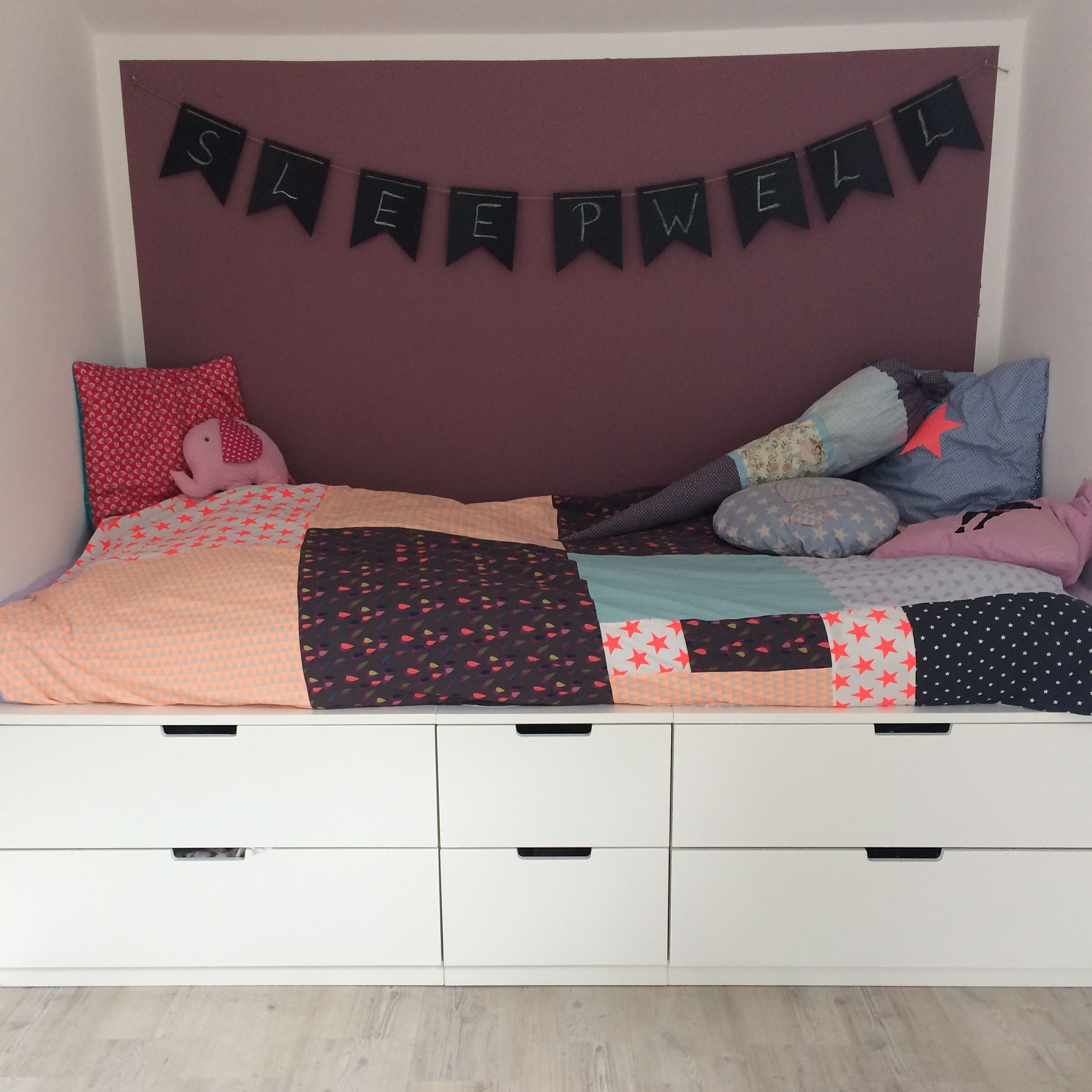 bett auf nordli kommoden ikeahacks kinderzimmer. Black Bedroom Furniture Sets. Home Design Ideas