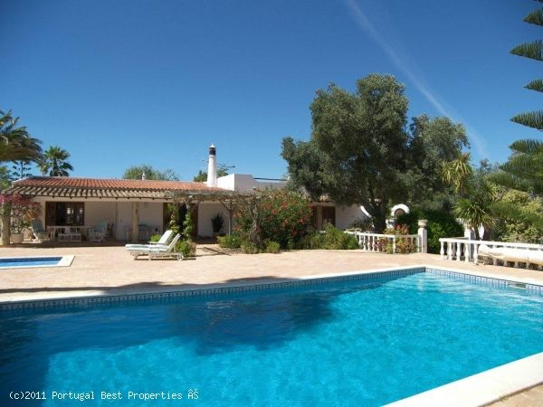 3 bedroom villa with heated pool in Bensafrim, Lagos, Algarve, Portugal - Country style property set in fully private surroundings. It is only a few minutes drive to the centre of Lagos and it has great road access.  The property has a separate building which can be converted into a studio apartment and a roof top terrace. - http://www.portugalbestproperties.com/component/option,com_iproperty/Itemid,8/id,1025/view,property/#