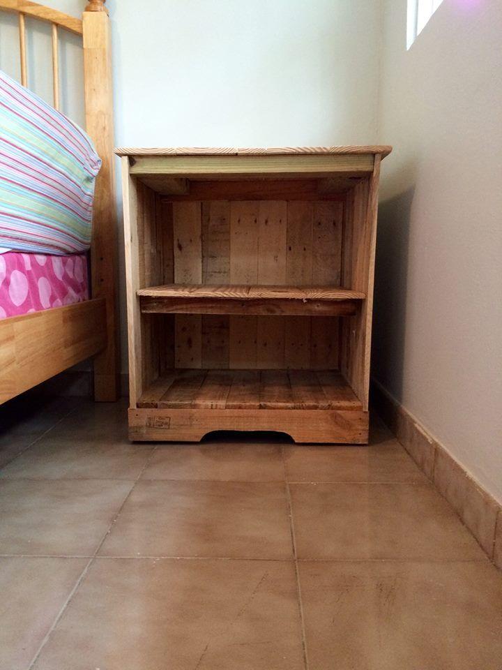 mesa de noche construida con paletas de madera reciclada