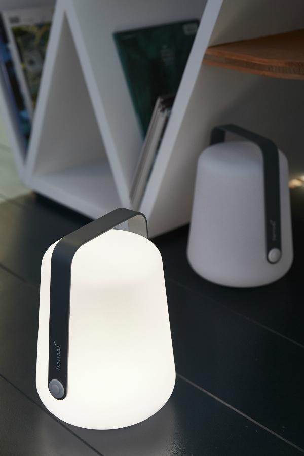 Comme Lampe De Chevet Un Luminaire A Poser Blanc Tres Design Lampe De Chevet Lampe De Chevet Design Luminaire