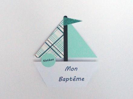 Faire-part de baptême pour garçon réalisé en forme de bateau.   Les voiles sont réalisées pour l'une avec un papier vert d'eau et l'autre avec un motif de quadrillage dans  - 20315041