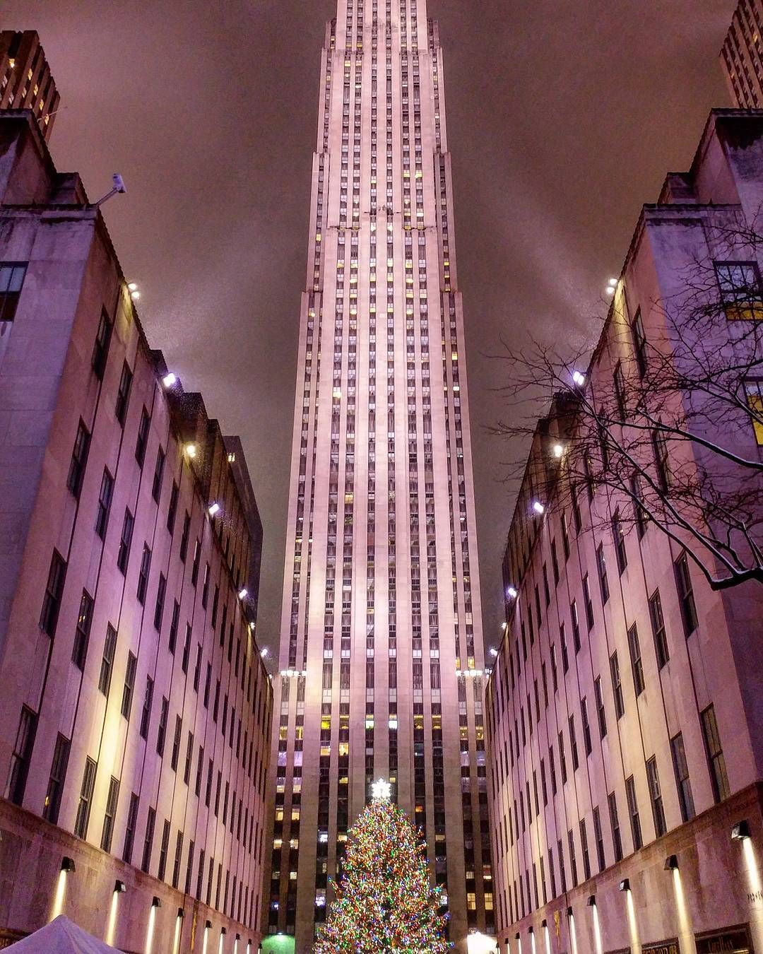 Rockefeller Center Christmas Tree  @rockcenternyc #rockefellercenter #rockefellertree #rockefellerchristmastree #christmastree #christmastime #merrychristmas #newyorkcity #newyorkny #nyc #manhattan #manhattanny #midtownnyc #midtown #nycrealestate #modarealty