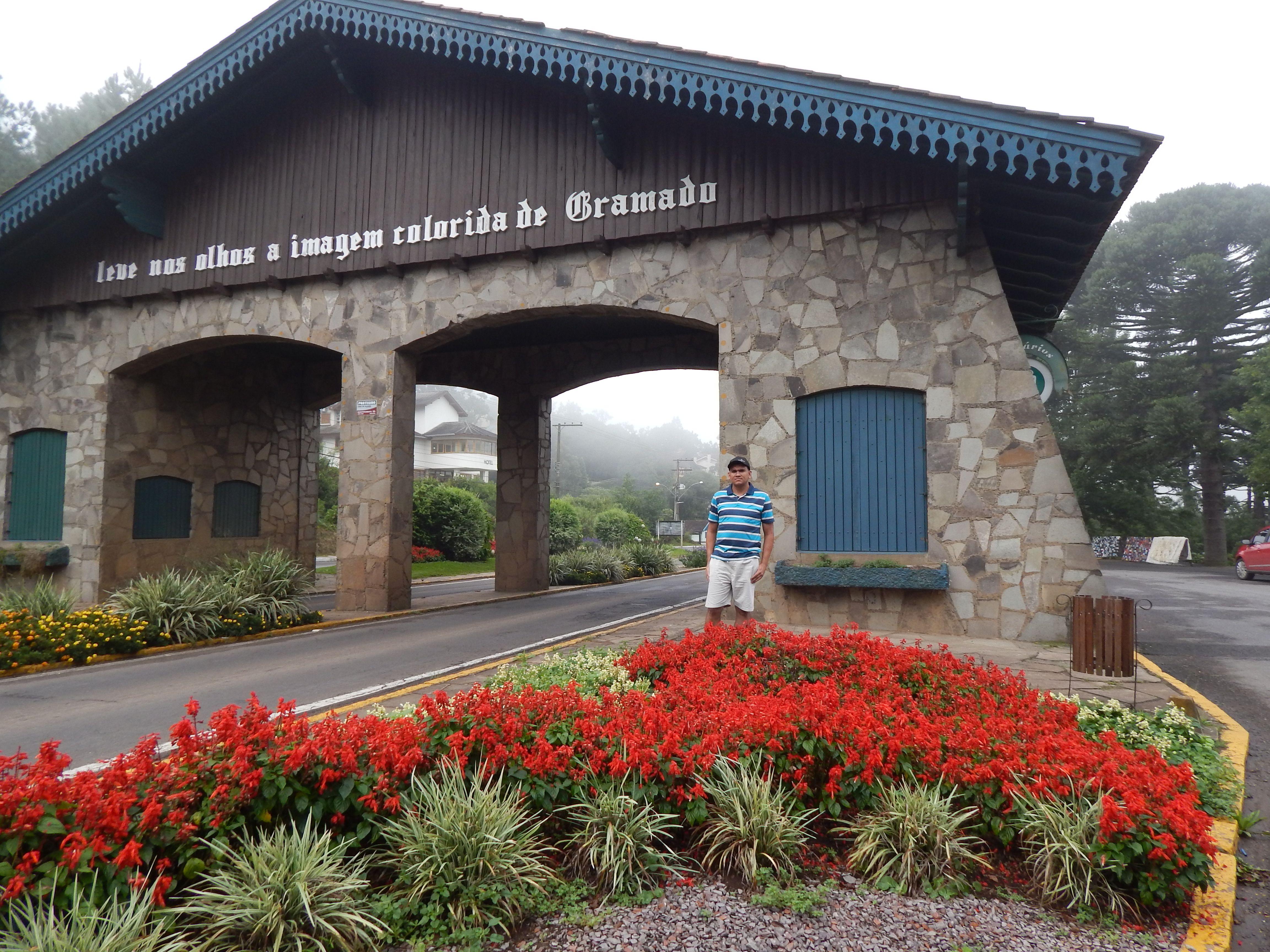 """012 - Em Gramado, quem vai para Nova Petrópolis pode ler os dizeres no Pórtico: """"Leve nos olhos a imagem colorida de Gramado""""."""