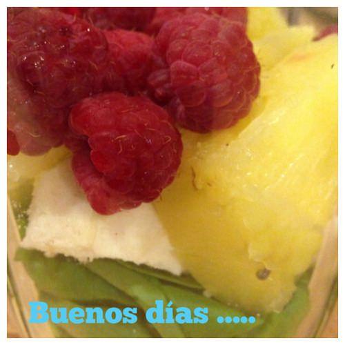 Día 27: ¡ Buenos días mundo! – @saludableatiemp Desayuno con frutas y ¡Que tengan un lunes lleno de buena energía!