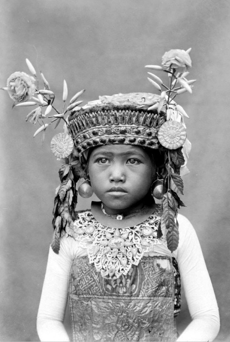 Indonesia  Balinese Girl In Temple Costume  Ca 1910 - 1914, Collection Augusta De Wit  Old -6677