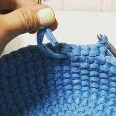・ ・ 細編み丸底マルシェ 動画⑱ ・ 〜糸の継ぎ足し〜補足 ・ ズパゲッティは途中でものすごく太くなったり細くなったりしますよね?あまりにも太さが違うものをそのまま編むと、目が揃わず綺麗に出来ません! ・ そんな時は合わない太さの糸の部分は切るなどして、なるべく糸の太さの合うものを使った方が良いです ・ monopopは1玉ではできないので、玉を変える時や、糸のつなぎ目が汚い時などは一度切って、自分でつなぐことになると思います。 ・ そこで、わたしが普段やっている簡単な繋ぎ方。 編み包んでいくだけでも良いと思いますが、解けるのが心配なので、一度固結びしちゃいます。 ・ ポイントは、1つ前の細編みが終わったところのギリギリで結ぶこと! ・ 結んだら、片方の糸はそのまま端まで編み包みます。もう片方は針を使って裏の網目にくぐらせていきます。ある程度くぐらせたら切ってOK! まだ心配であれば、下の段などに折り返して何目かくぐらせるとより良いかと思います ・ 動画で糸を使って。。。と言ってますが、針を使っての間違いですすみません ・ そして、マルシェは何段くらいで...