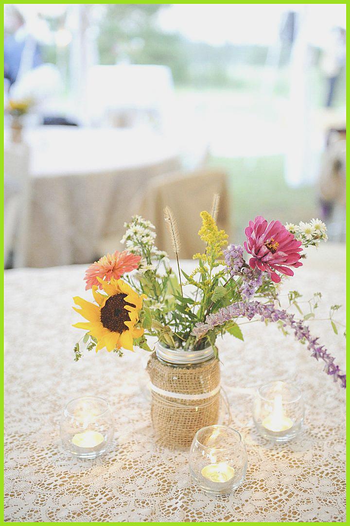 Exceptionnel Bocaux Mason en tenant tableau de chènevière et cordeau remplis de tournesols et de fleurs sauvages Bocaux Mason en tenant tableau de chè...