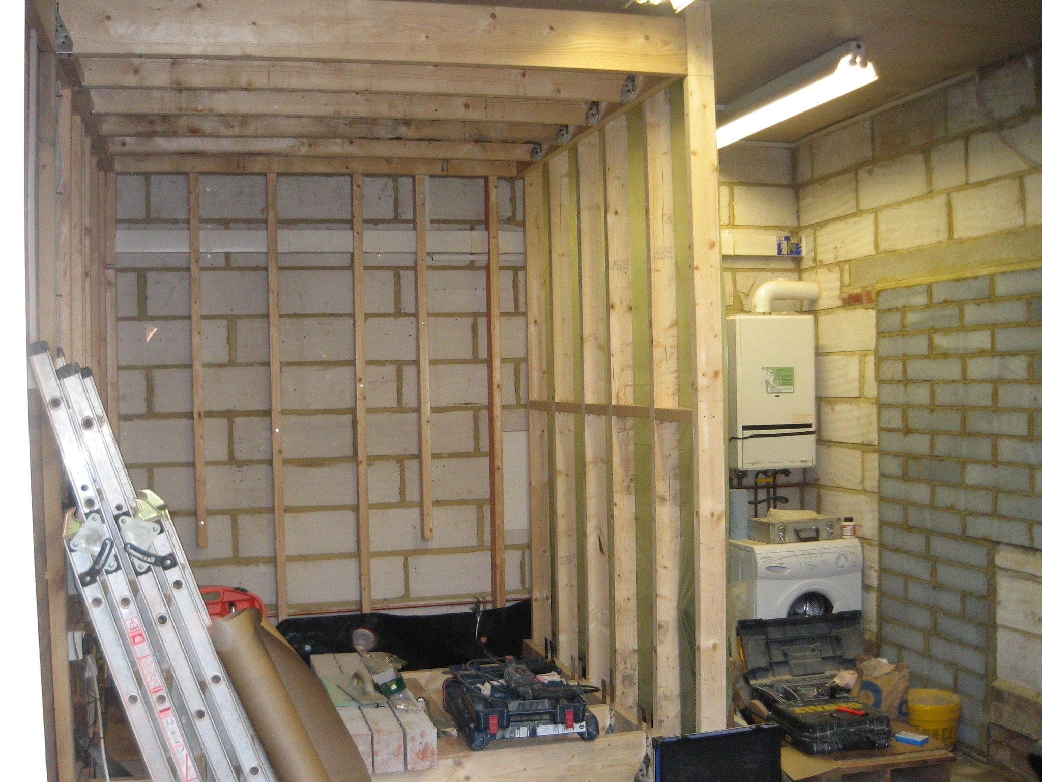 How to build an interior wall in the garage - Timber Frame Wall Construction Through Out Perimeter Of The Garage And Also Creating The Ensuite Wet