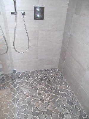 Finished floor shower, natural stone: broken mosaic with gradient to the point drain, construction ...