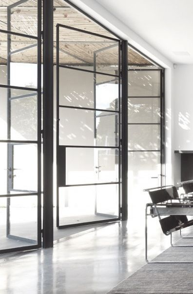 """<3 Transparêcia nas portas """"dos fundos"""" - anota aí: a melhor maneira de integrar INSIDE + OUTSIDE! Aproveite a decoração para criar um só ambiente -  interativo e multi-funcional. Além de dar amplitude ao interior, você traz o verde do jardim e a luz natural para dentro...<3"""