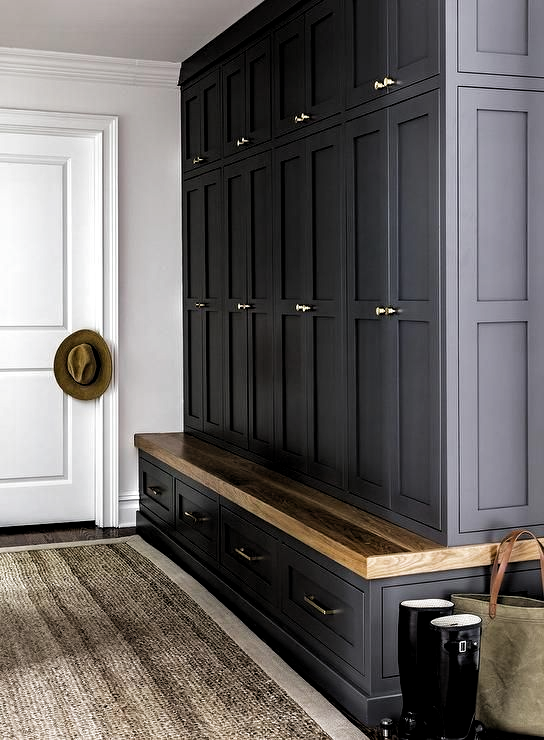 Modern country house with a mud room with black stirrer cabinets and an oak bench  #Decoration #homedecor #homedesign #homeideas