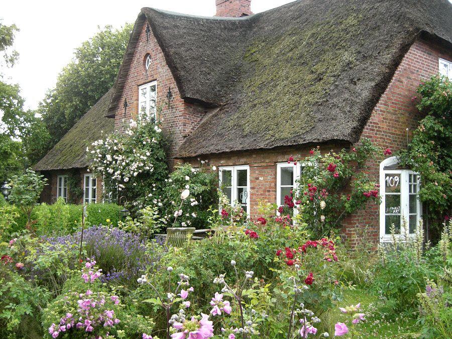 Bildergebnis für Rotes Backsteinhaus mit Bauerngarten