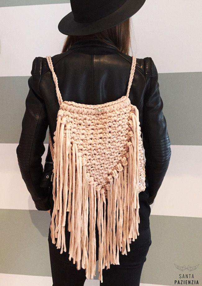 DIY mochila de flecos de trapillo. Patrón en www.santaoazienzia.com ...