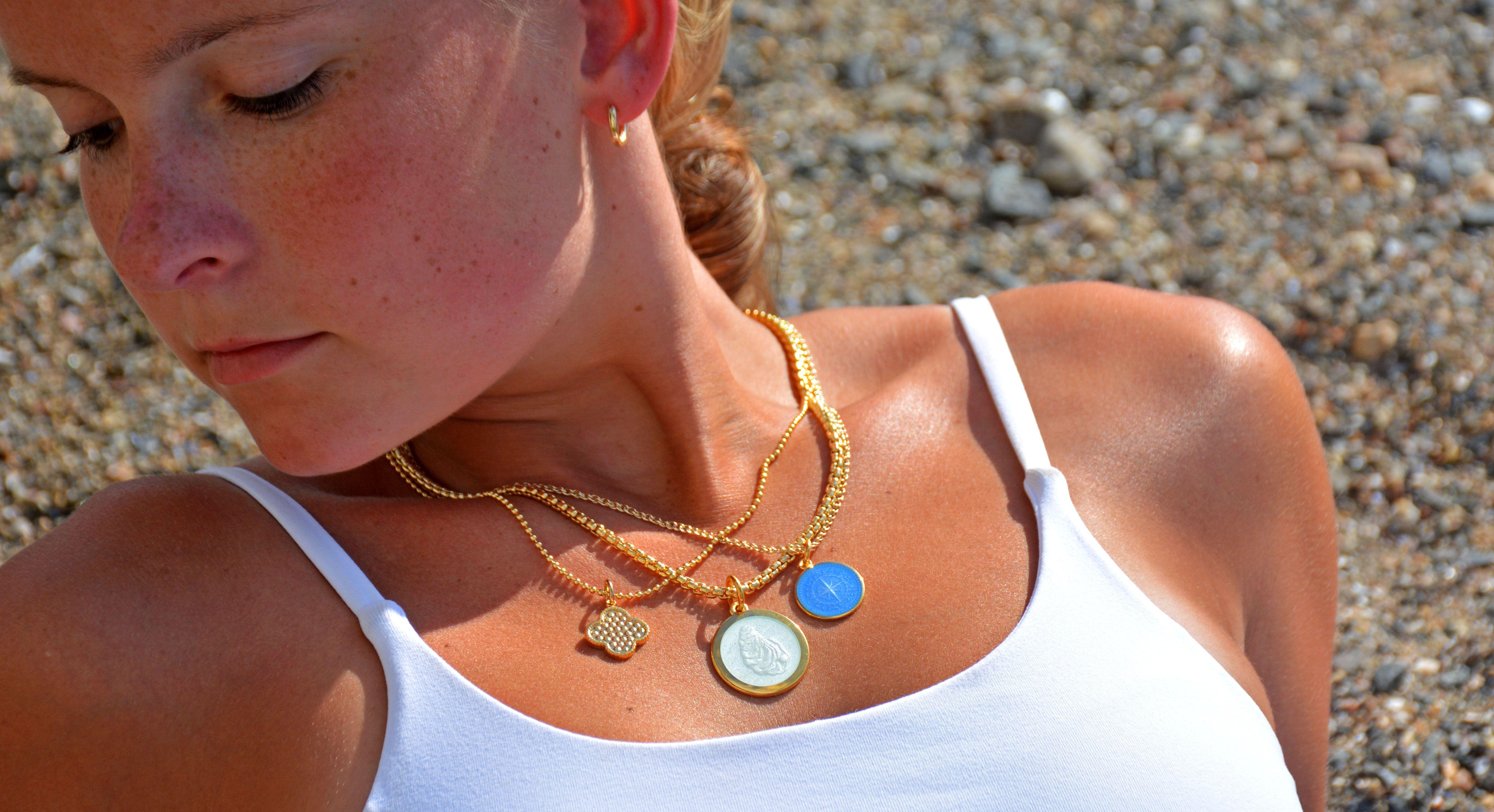 Gold Hoop Earrings In 2020 Gold Hoop Earrings Jewelry 18k Jewelry