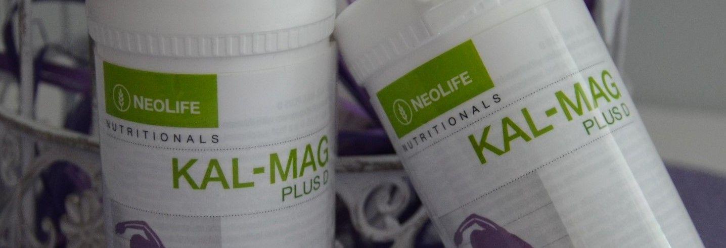 Kalsium ja magnesium toimivat elimistössä parina. Siksi aiheutuu ongelmia, jos toista saa runsaasti enemmän kuin toista. Esim. jos syö pelkkää magnesiumlisää, mutta ei kalsiumia, joutuu keho ottamaan kalsiumia luustosta tai hampaista säilyttääkseen tasapainon. Jos taas syö pelkkää kalsiumia, saattaa epätasapaino magnesiumin kanssa aiheuttaa esim. hiusten lähtöä.  Kalsiumin ja magnesiumin yhteisiä tehtäviä: