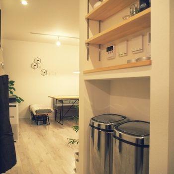壁の凹みにちょうど収まり、ゴミ箱なのに部屋の雰囲気を損なうことがありません。