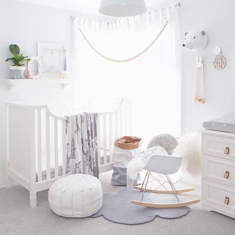 Chambre de bebe tout en blanc sobri t design pretty kids 39 rooms - Objet deco chambre bebe ...