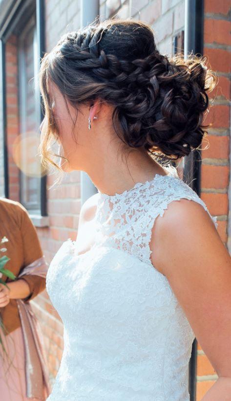 Coiffure de mariée sur longs cheveux bruns. Chignon fluide