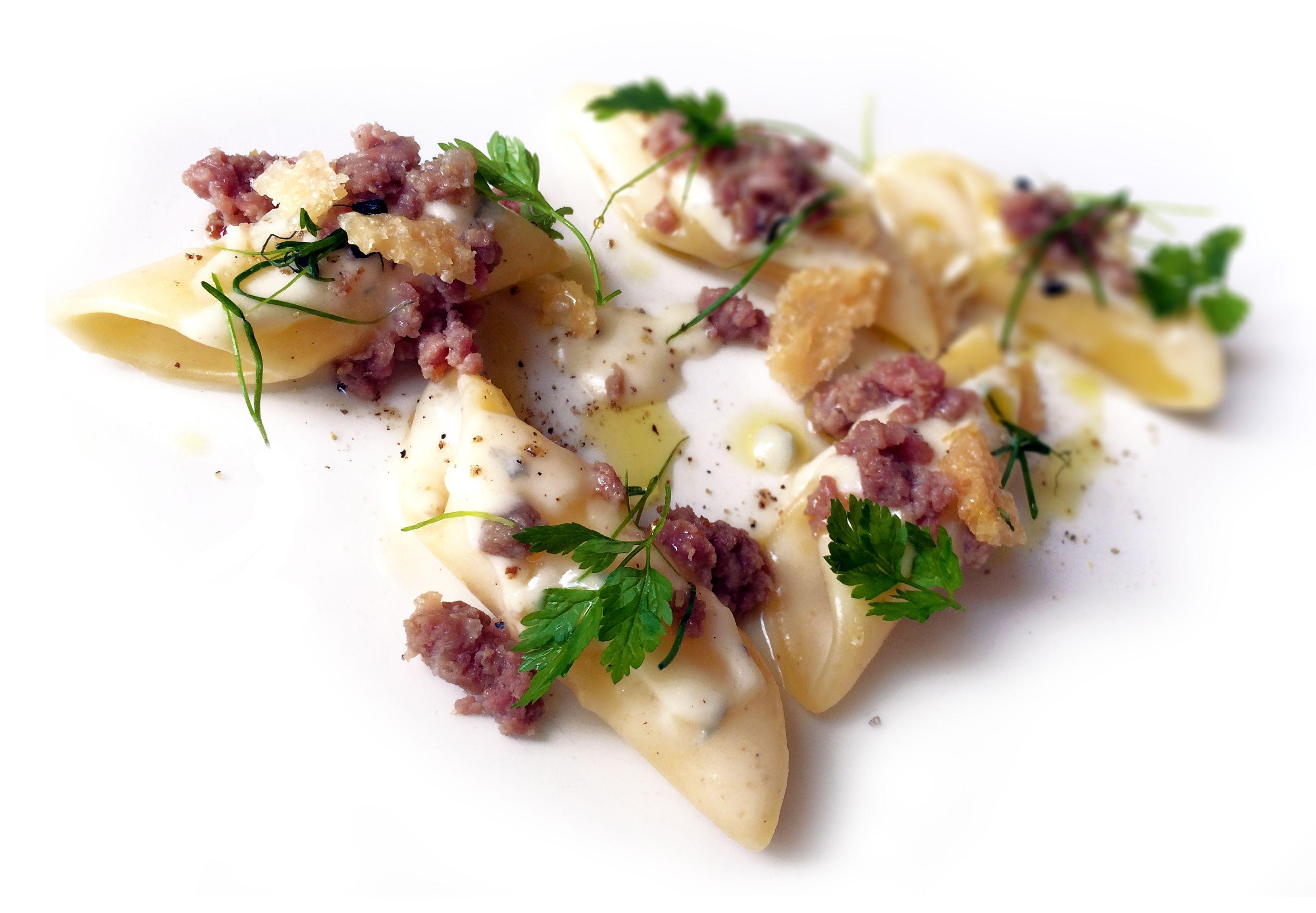 Pennoni con fonduta al Gorgonzola, salsiccia di bue piemontese, crumble di Parmigiano e pepe di Sichuan