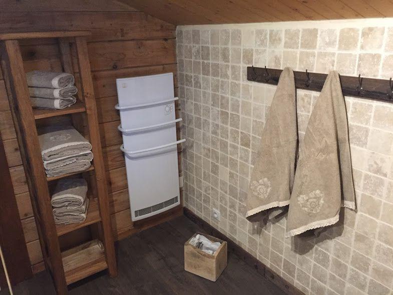Salle-de-bain en bois et travertin | Chalet - Le Perce Neige ...