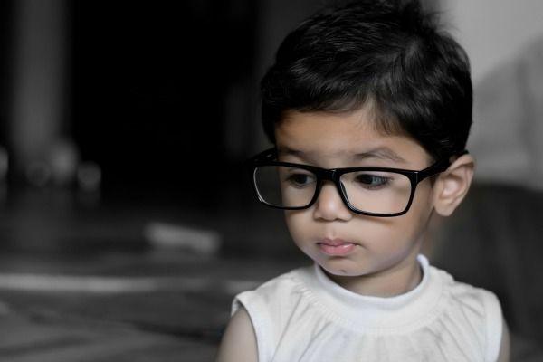 Foto de niño pequeño con lentes