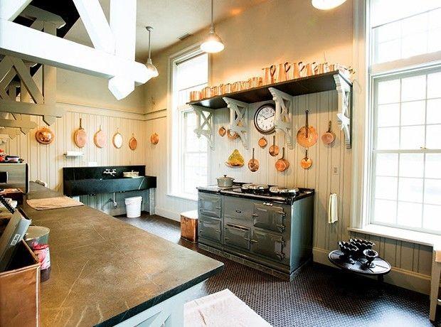 ländlich eingerichtete Küche Speckstein gut am Platz Kupfertöpfe charmante Wandgestaltung interessante Beleuchtung