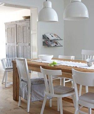 Leuk; verschillende stoelen rond de eettafel.