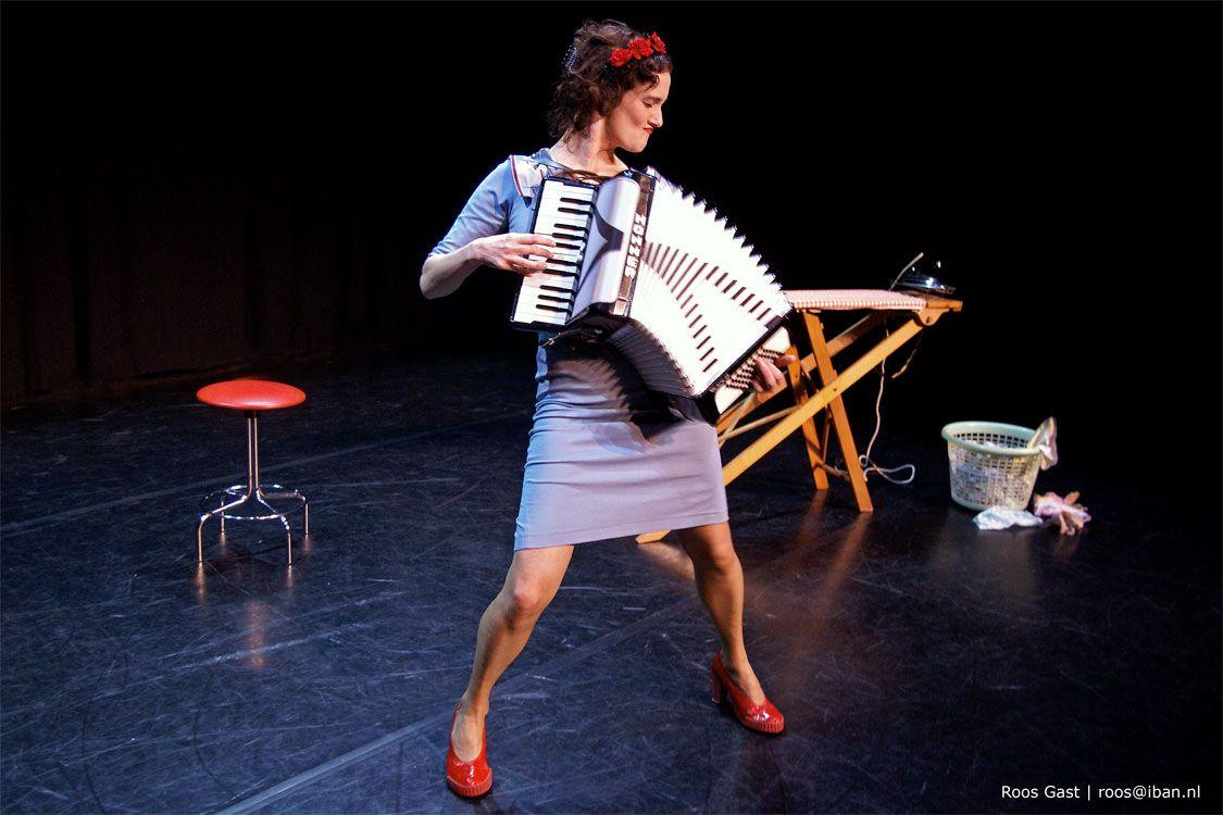 Fotografie Roos Gast | Artiest: Nathalie Baartman | #fotografie #cabaret #theater #fotograaf #photography #pose #photo #woman #vrouw #portrait #portret #harmonica #muziek #music #stoere_vrouw #vrouwelijk