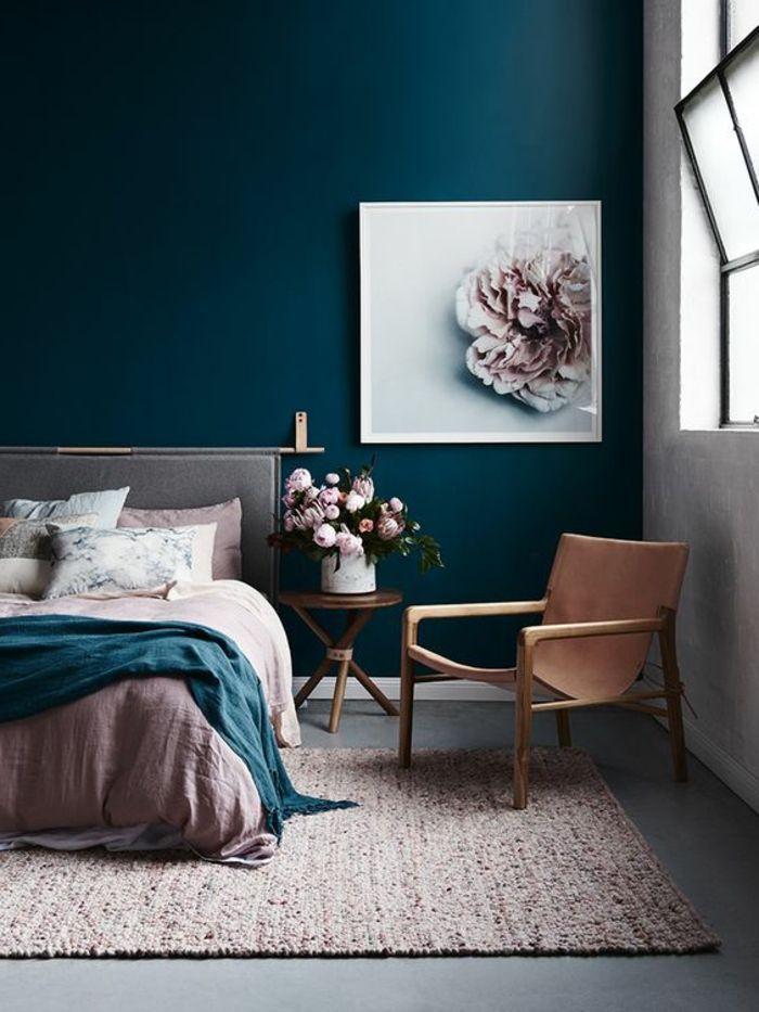 Schlafzimmer mit blauügrüner Wand, Doppelbett, Musterkissen, runder