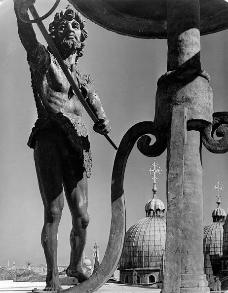 Venice; Bell ringer on the Clock Tower of the Torre dell'Orologio, bronze sculpture by Savin, 15 Century :: Photographer Walter Hege, 1937