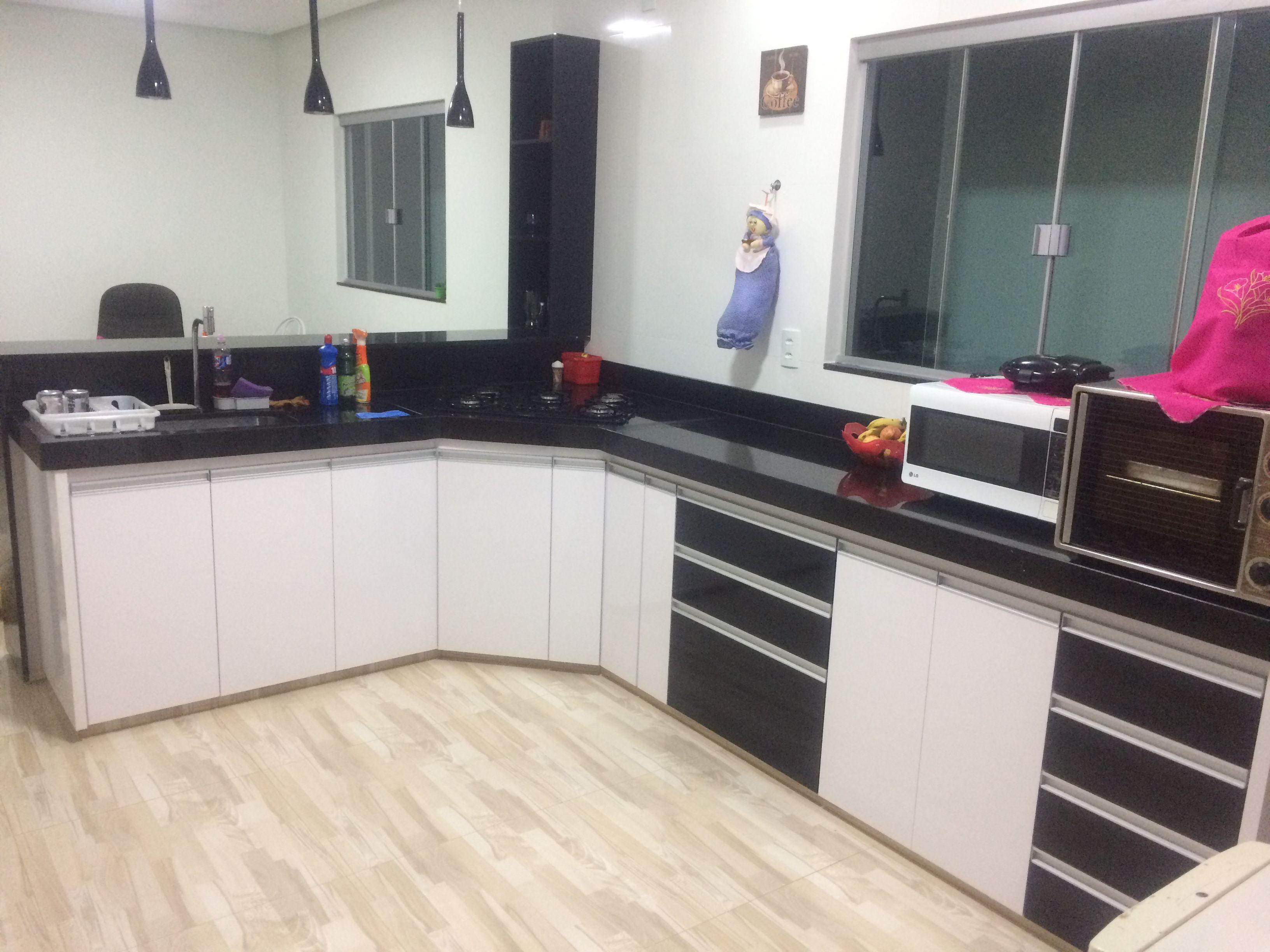 Aparador Aliança ~ Armários planejados Cozinha em MDP MDF preto e branco laca Pendentes pretos Adega preta