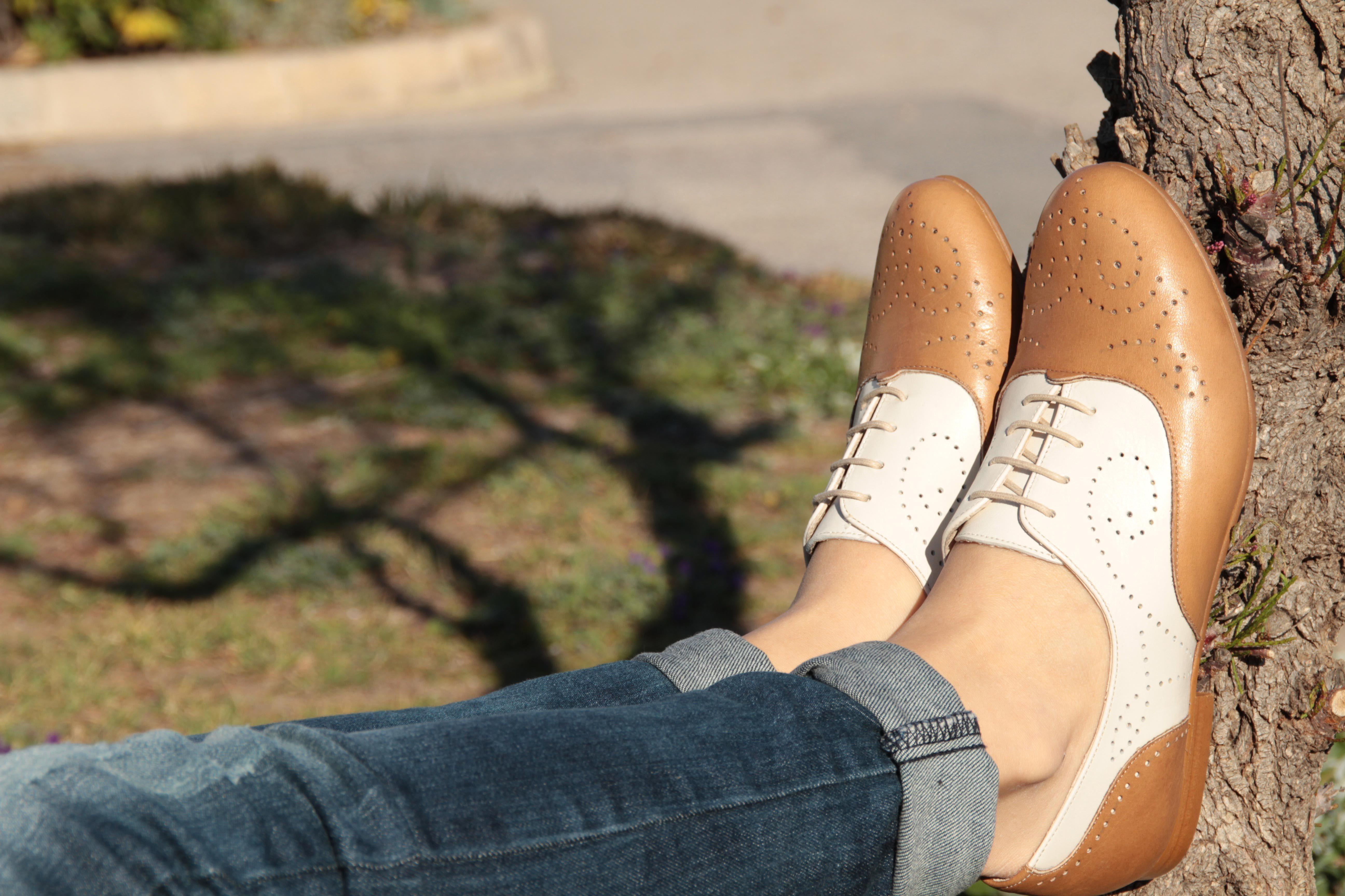 Zapatos acordonados bicolor con picadito