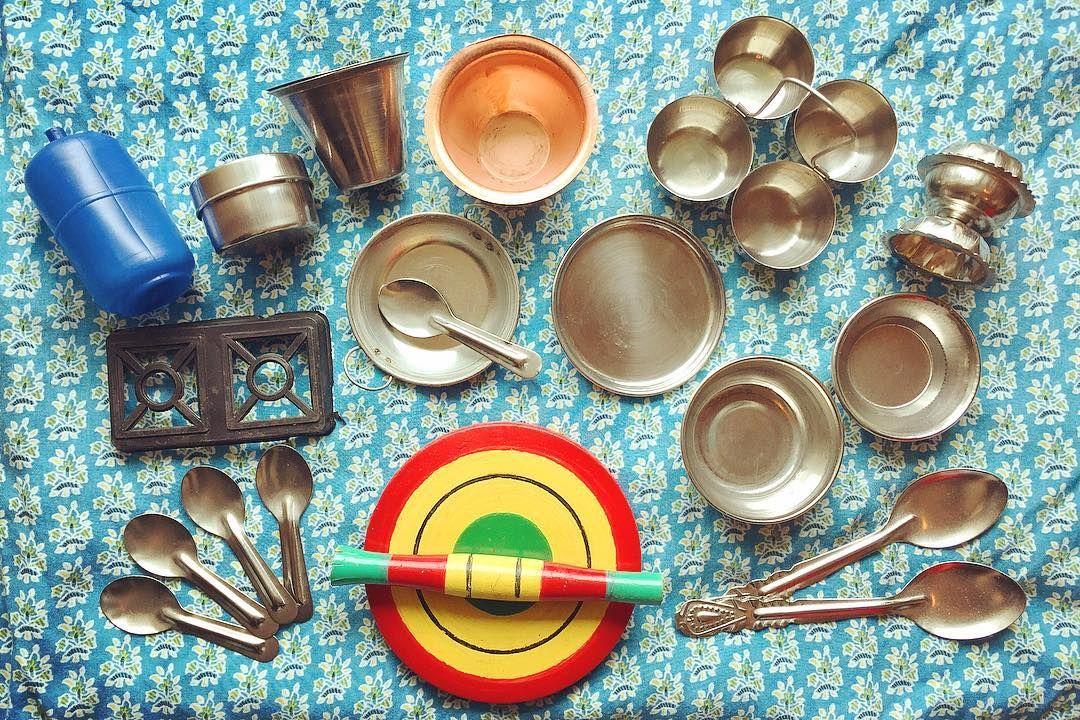 インドのままごとセット的おもちゃ 縮尺比率がど偉いまばら なぜかお香刺しもあったり 嗚呼適当セット kitsch design retro toy collection 暮らしの道具 キッチュ デザイン レトロ コ measuring cups measuring spoons spoon
