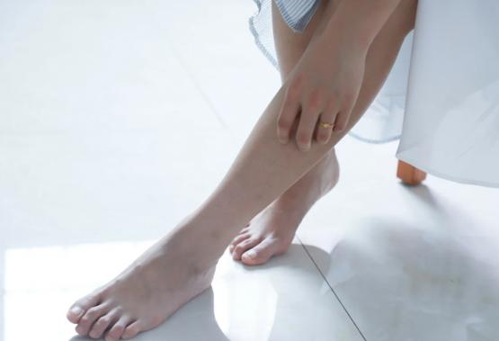 ما الذي يسبب تورم الساقين وكيفية التعامل معها