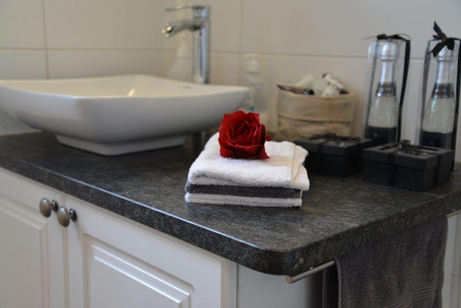 Badezimmer exklusiv ~ Formschön und exklusiv geben granit waschtische ihrem badezimmer